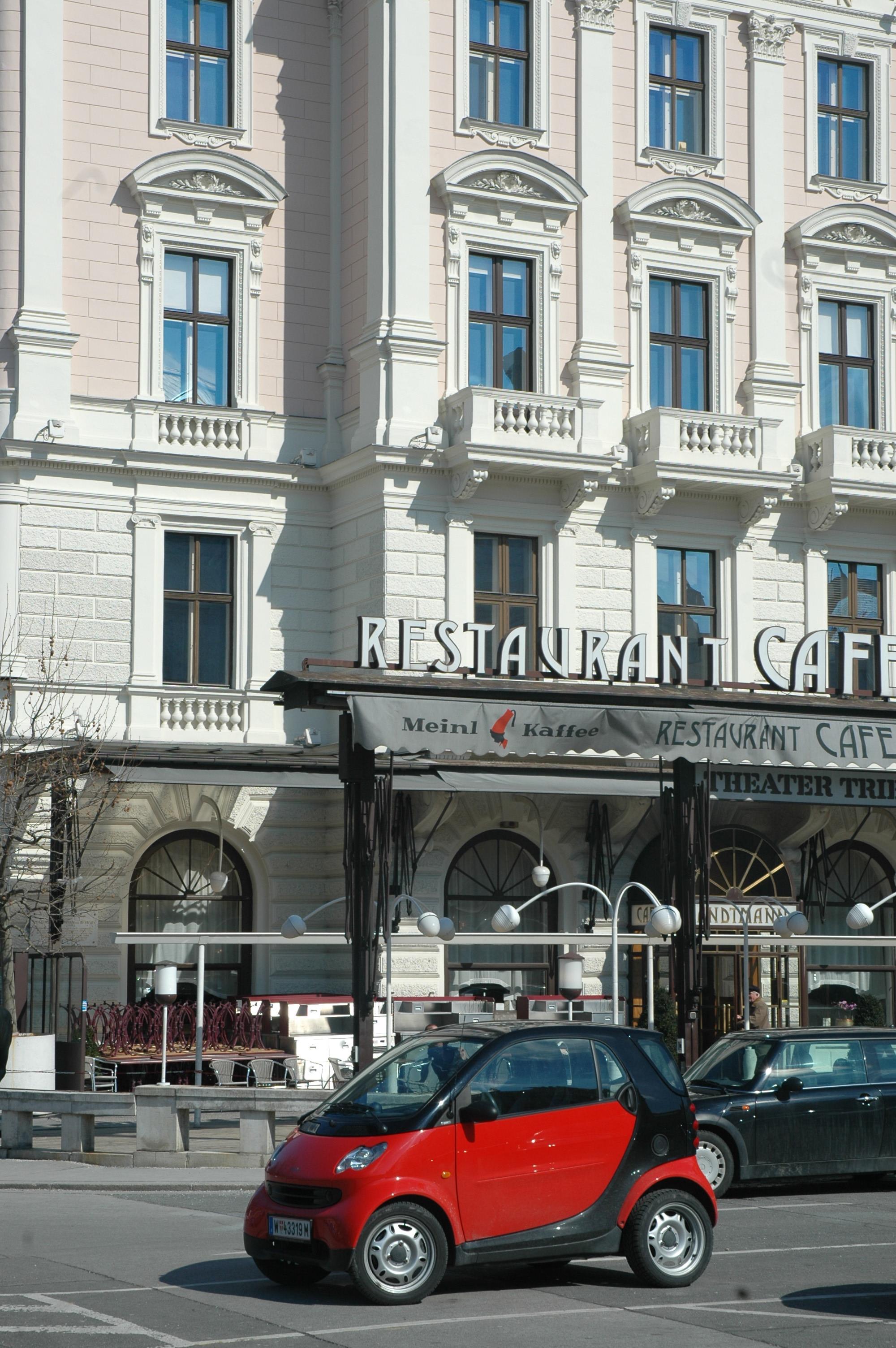 20050313 7636 Cafe Landtmann With Smart Car